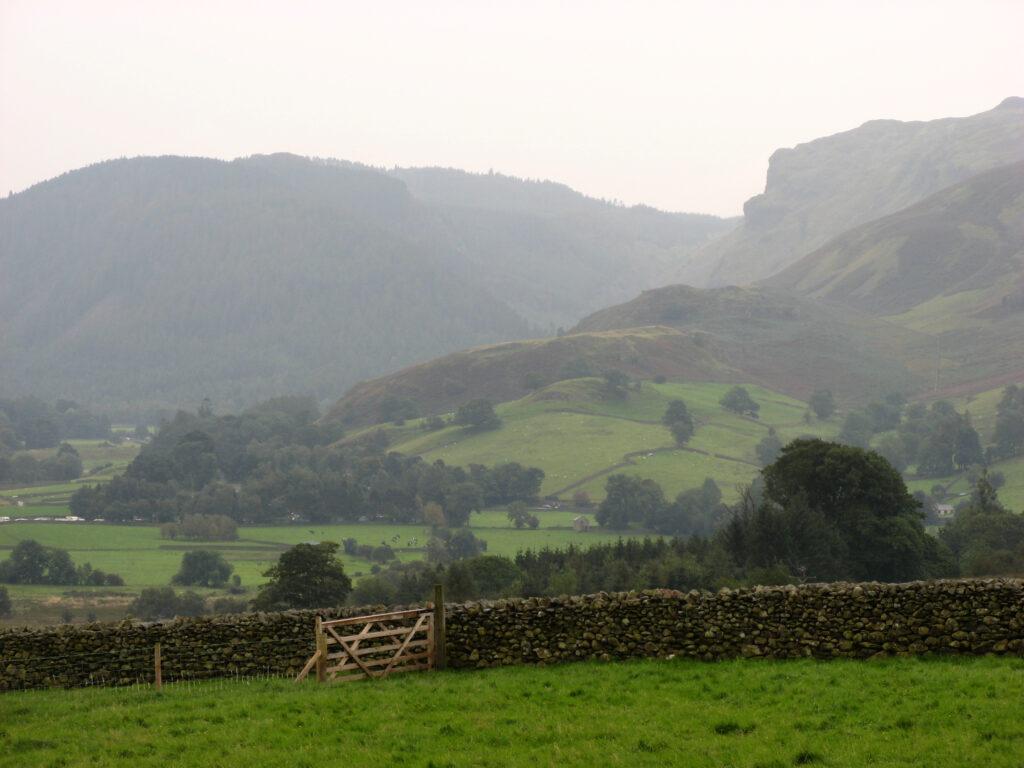 Het groene, heuvelachtige landschap van het Lake District.
