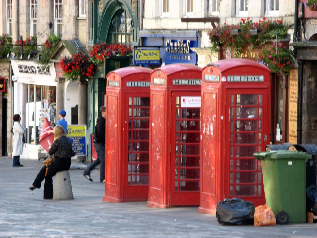 De bekende rode telefooncellen zijn ook te vinden in Edinburgh.