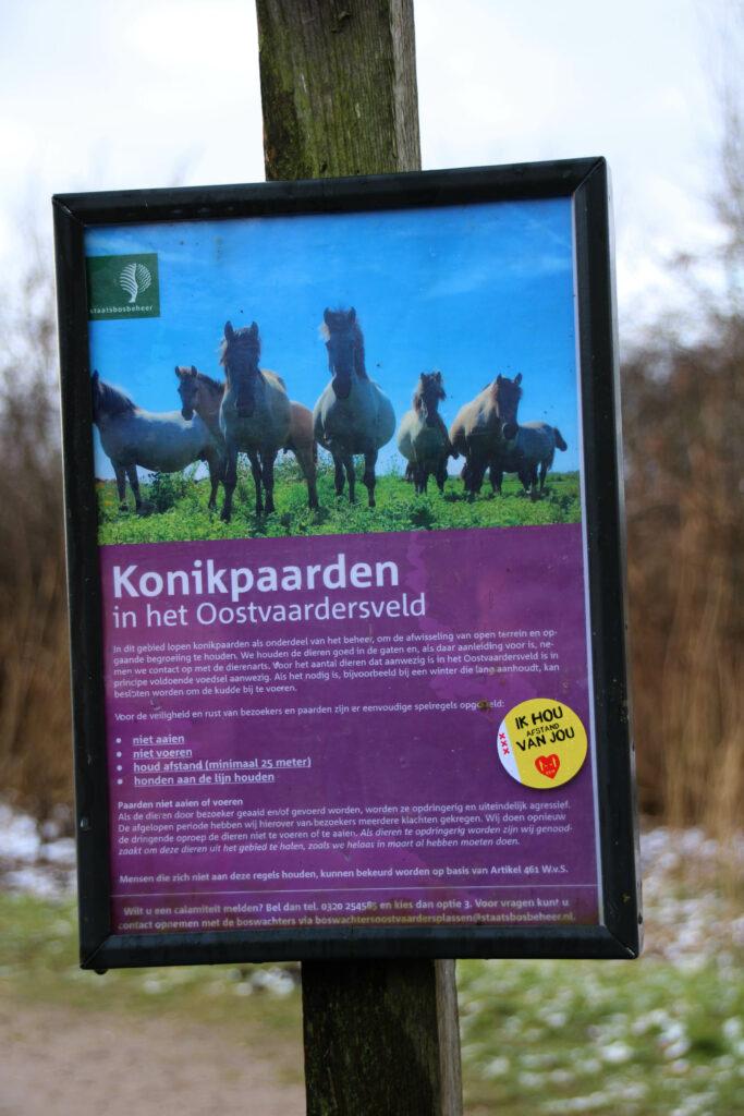 Waarschuwingsbord over het gedrag van de konikpaarden in het Oostvaardersveld.