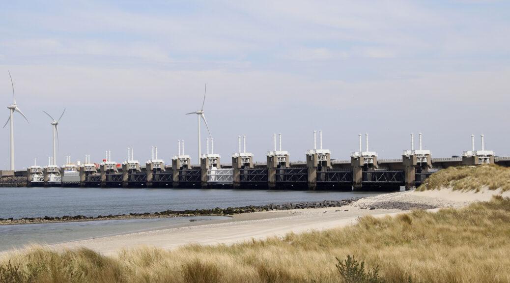 Zicht op de Oosterscheldekering / Oosterschelde dam.