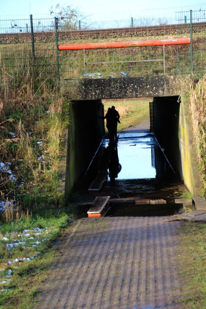 Onder het spoor door naar het Buitencentrum Oostvaardersplassen liggen balken vanwege de wateroverlast.