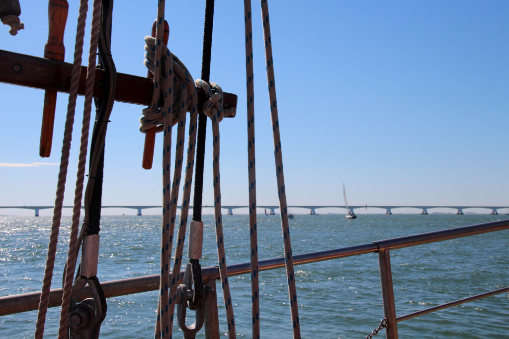 Zicht vanaf een zeilboot op de Zeelandbrug bij Nationaal Park Oosterschelde