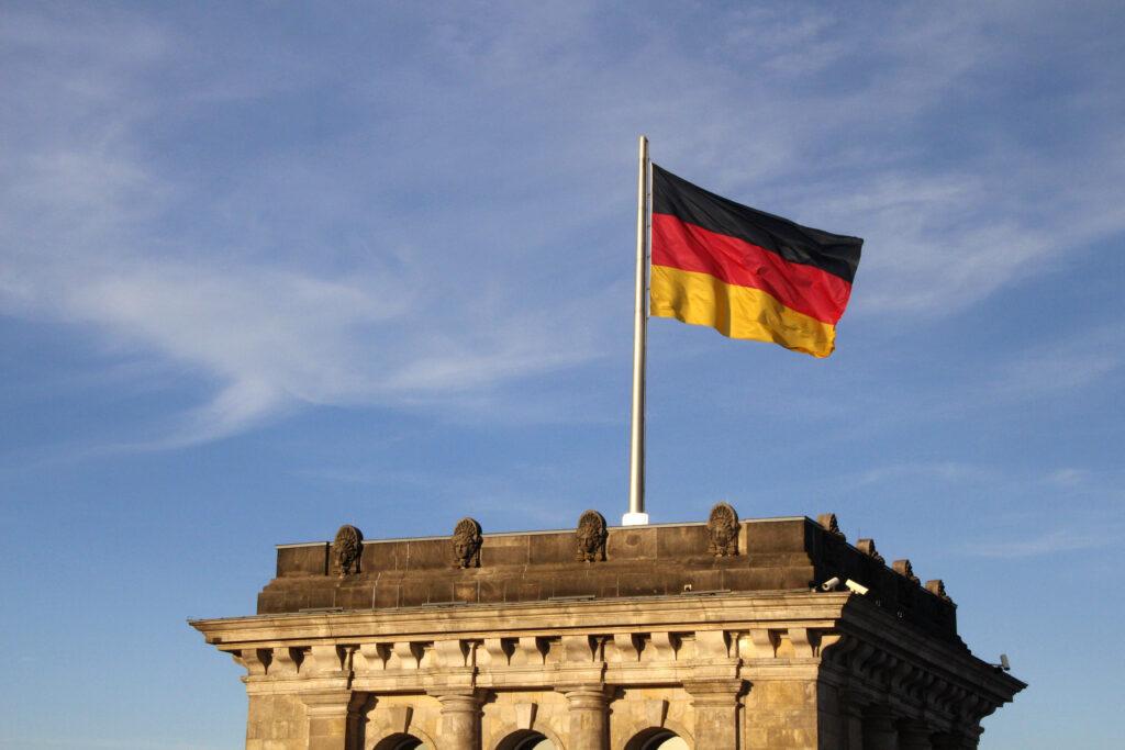 De Duitse vlag wappert trots bovenop het Rijksdaggebouw.