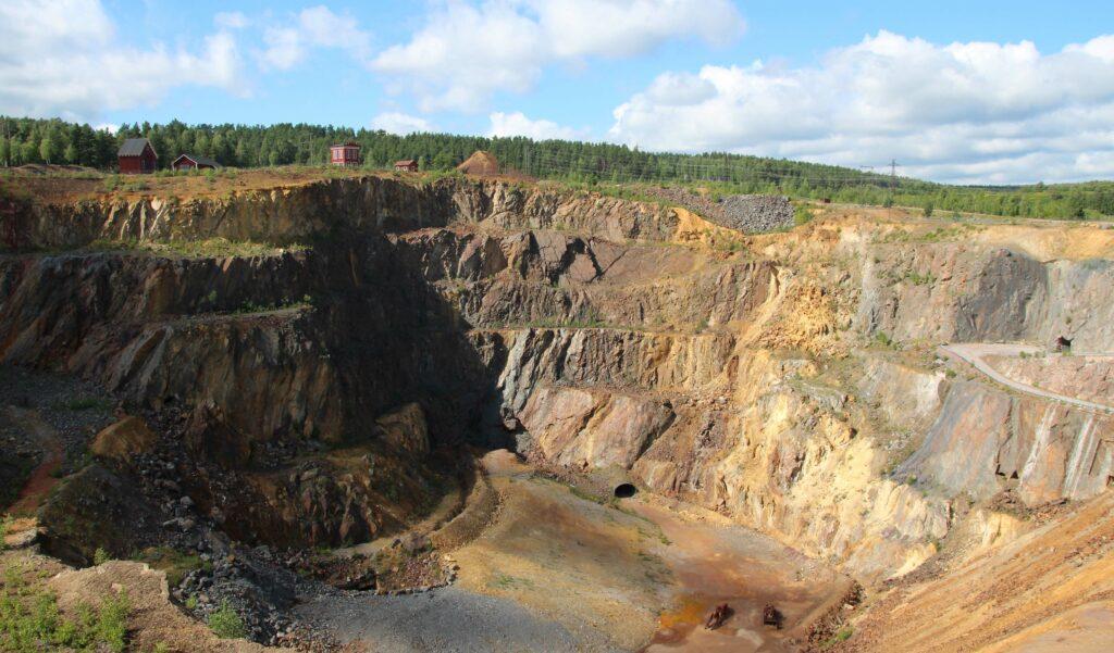 """Er is sinds de 9e eeuw naar koper gegraven. Bij de """"Great Pit"""" zie je de verschillende lagen."""