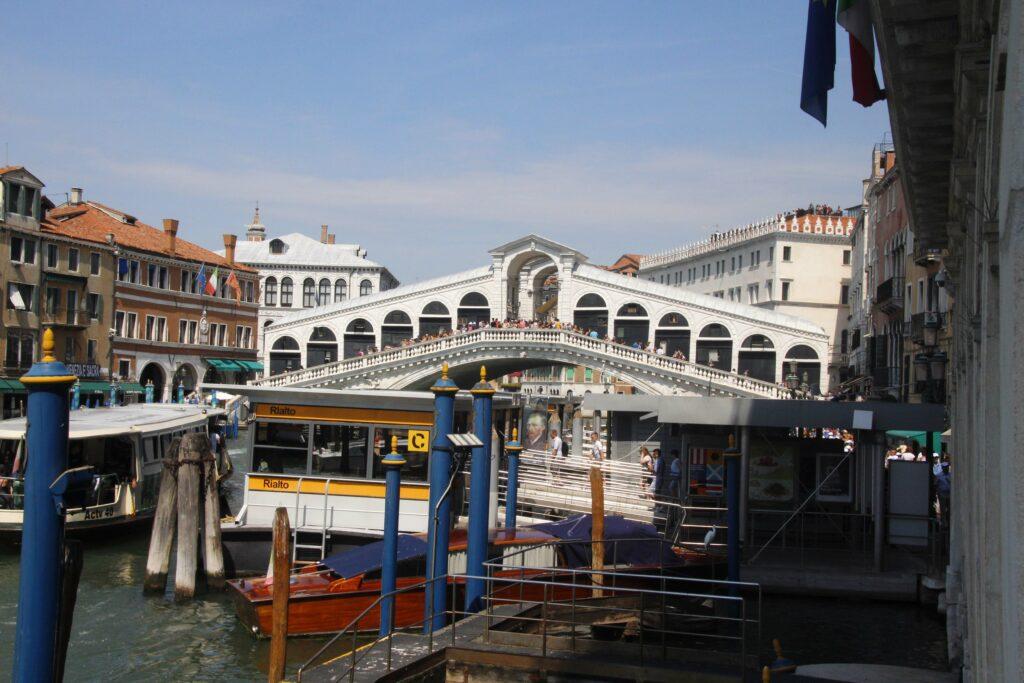 Hier is de halte voor de vaporetto , de waterbus, bij de Rialto Brug in Venetië.