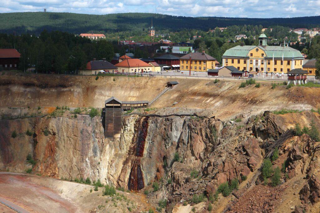 De mijn ligt aan de rand van het dorp. In de 17e eeuw maakte Falun Zweden rijk.