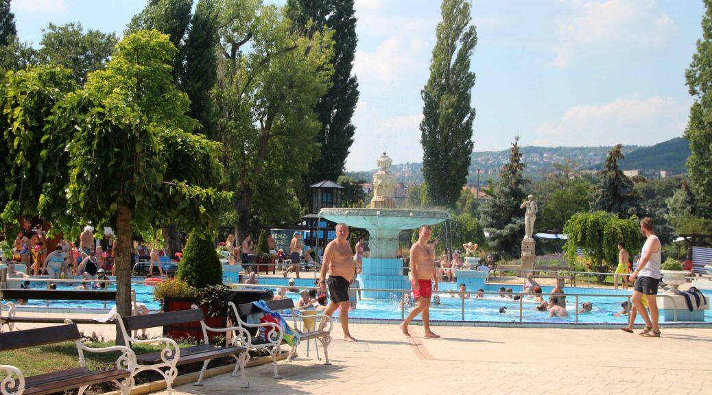 Palatinus Strand ligt op het Margit-sziget midden in de Donau. Het uitzicht is totaal niet stedelijk.