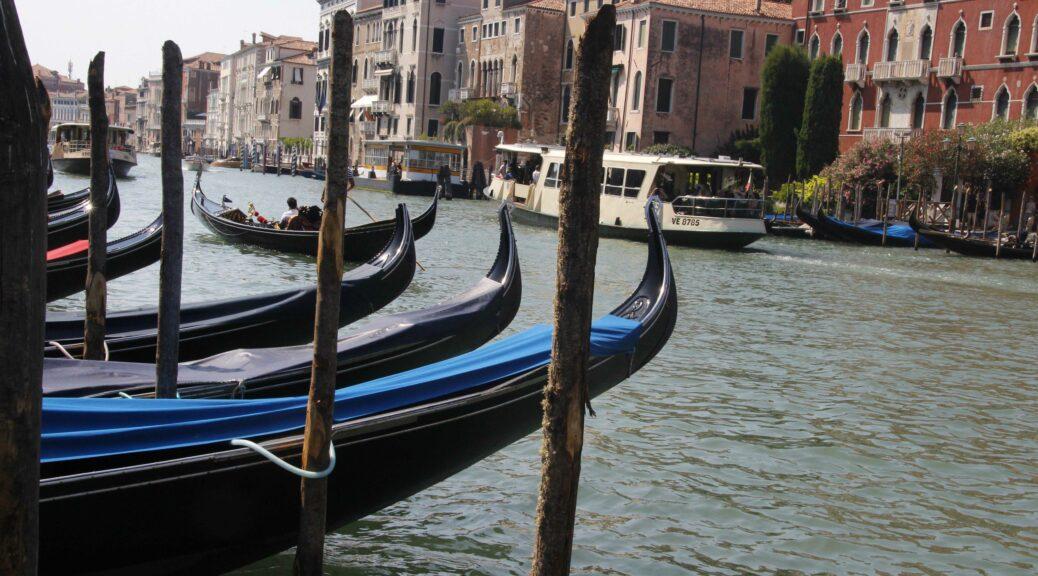 In Venetië zijn er verschillende soorten openbaar vervoer. Hier zie je de gondel en de vaporetto.