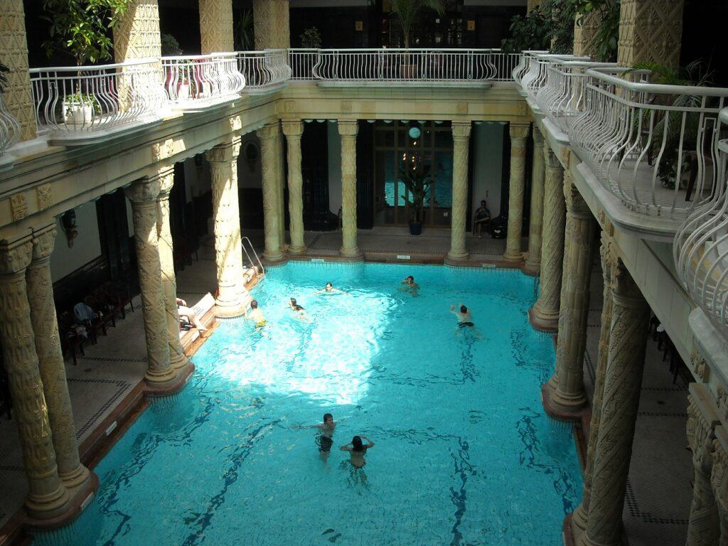 Het Gellért is gebouwd in art nouveau stijl.