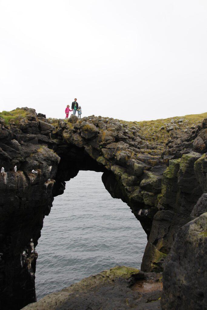 Als je de wandeling maakt, maak dan zeker een foto op de Arnarstapi Stone Bridge.
