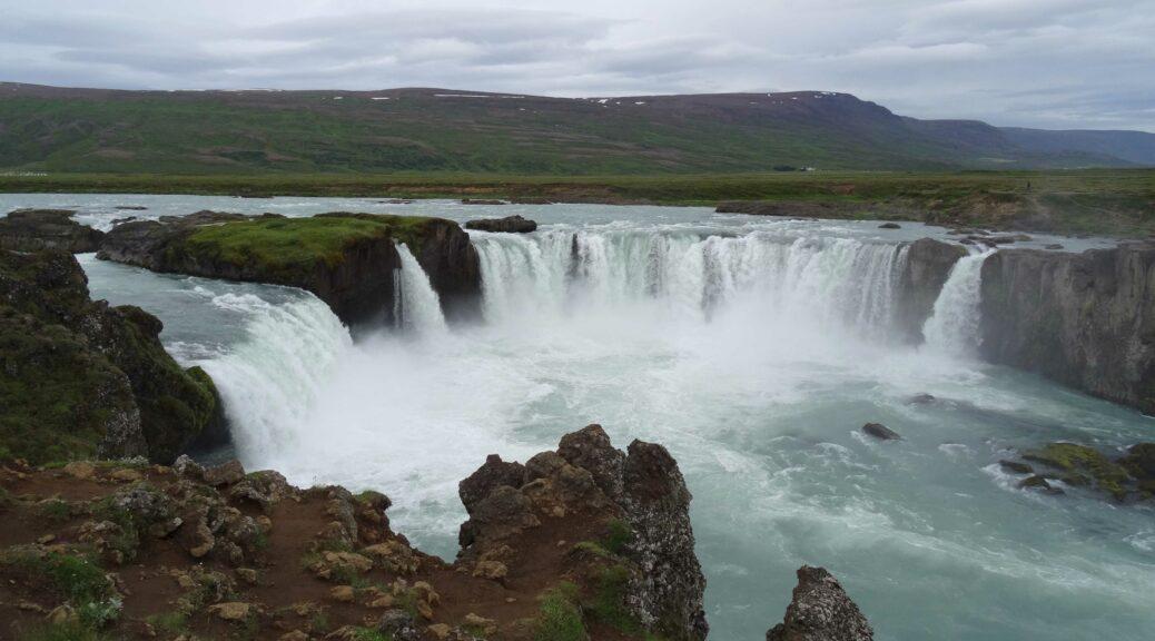 Godafoss is een van de grotere watervallen in IJsland