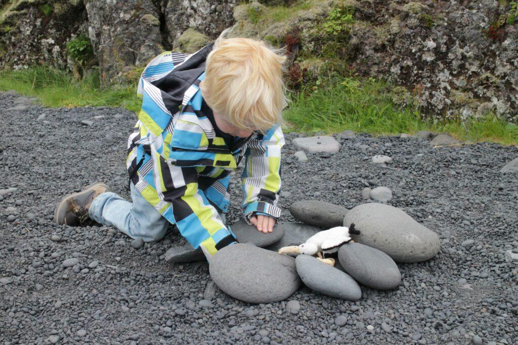 Spelen op het kiezelstrand van Dritvik.