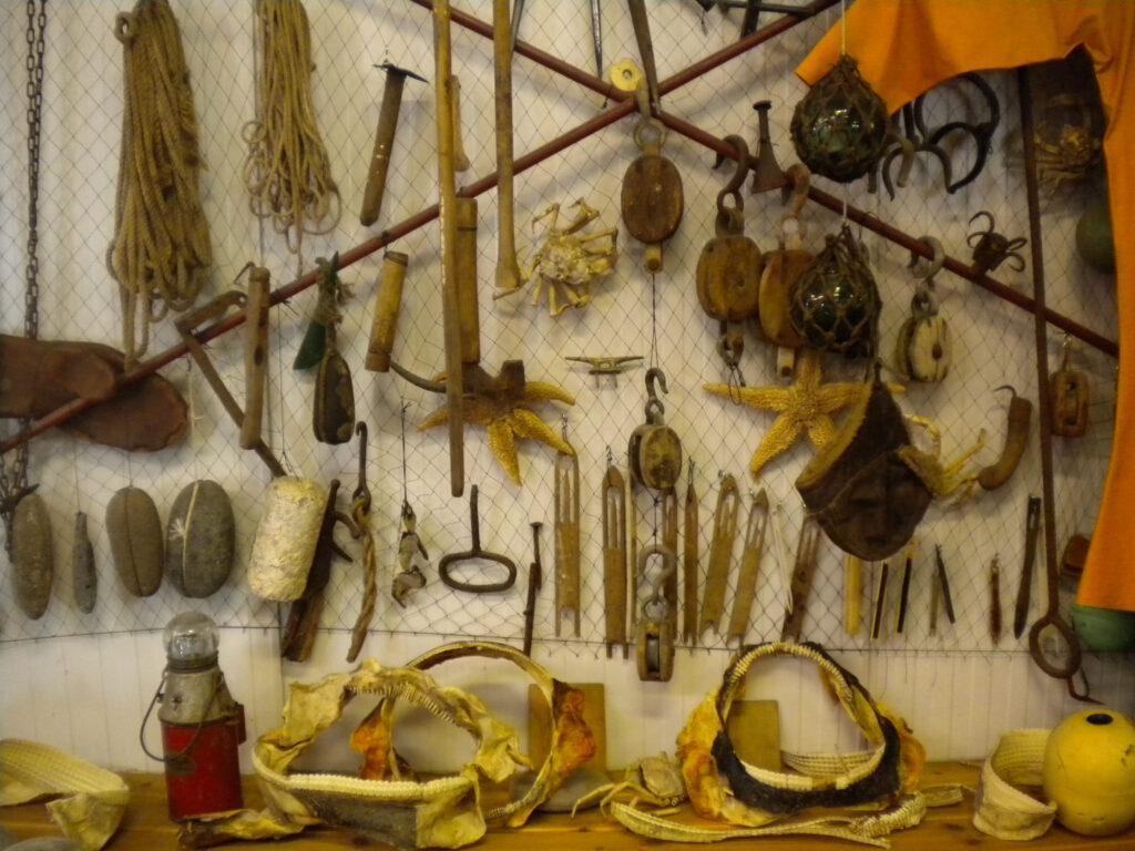Gereedschap in het Bjranarhöfn Shark Museum.