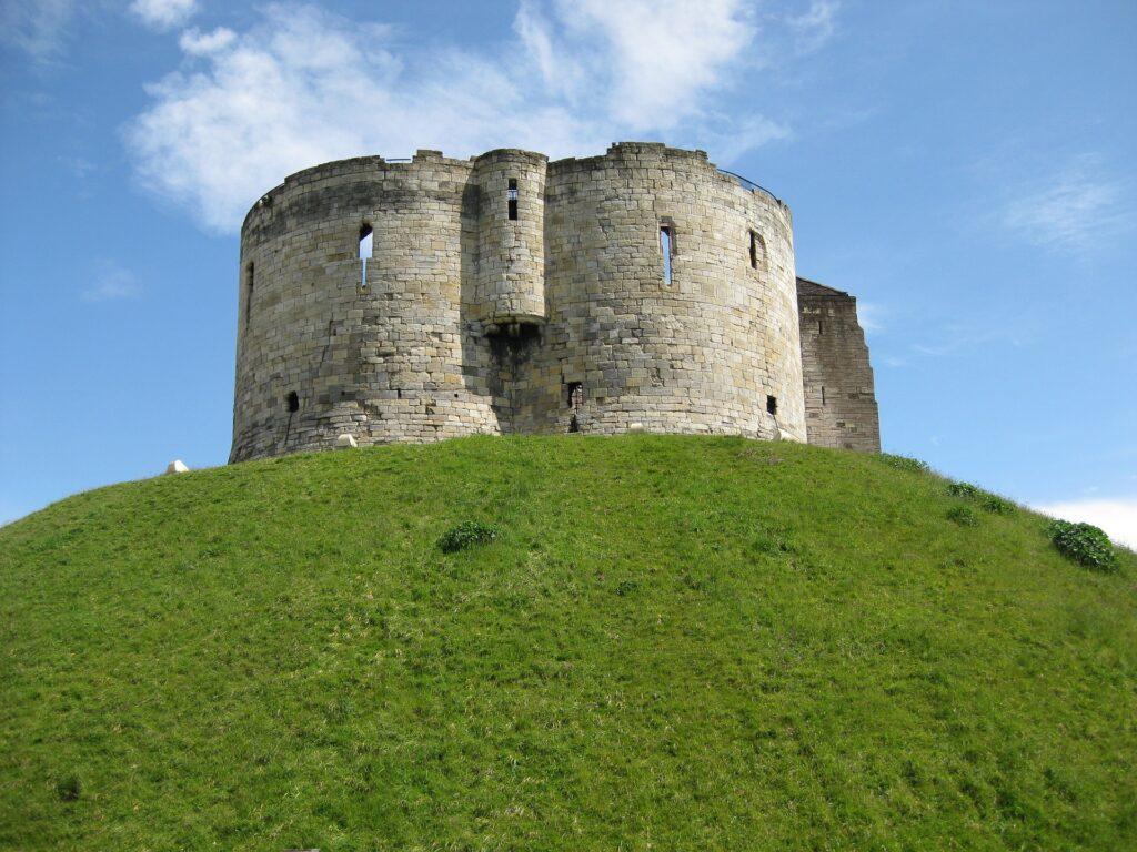 Clifford's Tpwer bij York speelde een cruciale rol bij de controle over Noord-Engeland.