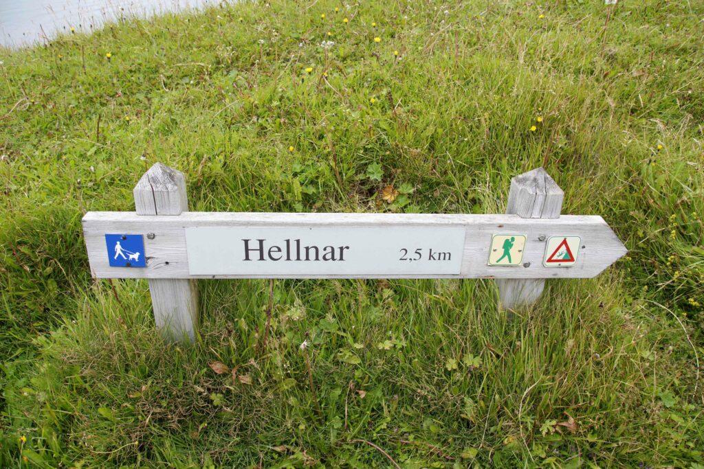 Er loopt een schilderachtig pad langs de kliffen bij Hellnar, dat wordt aangegeven met dit bord.