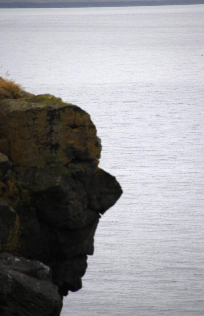 Zie jij het gezicht van de trol? IJslanders zie overal versteende trollen. Deze kun je zien tijdens je wandeling van Hellnar naar Arnarstapi.