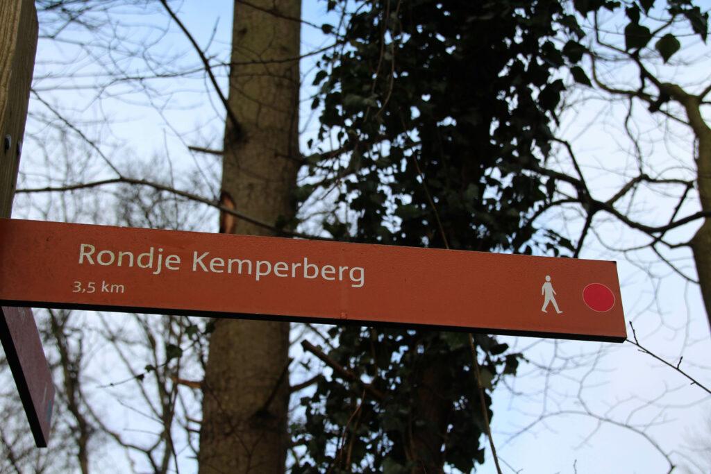 Aan het begin van de route vindt je dit bordje, vanaf dan volg je de rode paaltjes. Simpeler kan bijna niet.