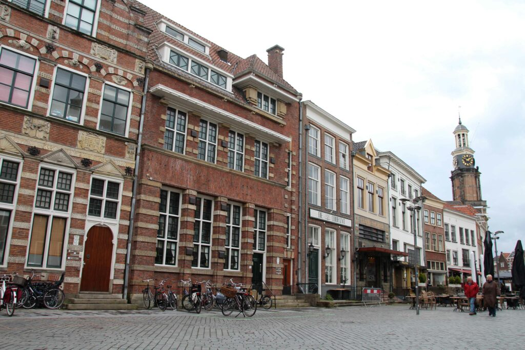 Het autovrije straatje de Houtmarkt. Hier zitten de meeste terrassen aan.