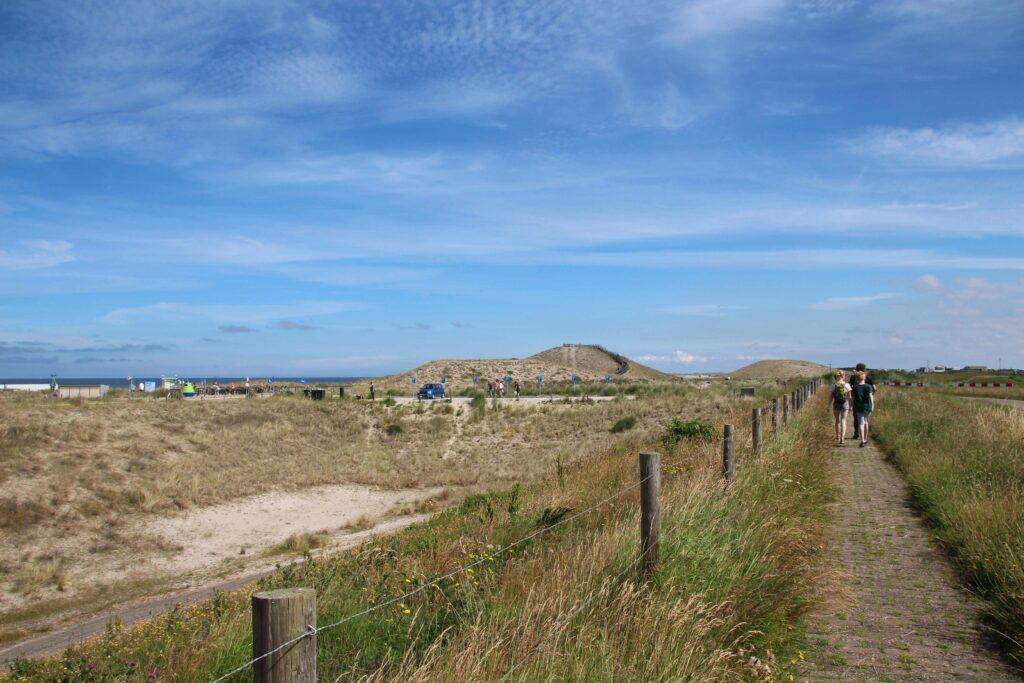 Vanaf de parkeerplaats Petten loop je over de zeewering naar de Hondsbossche Duinen en het strand.