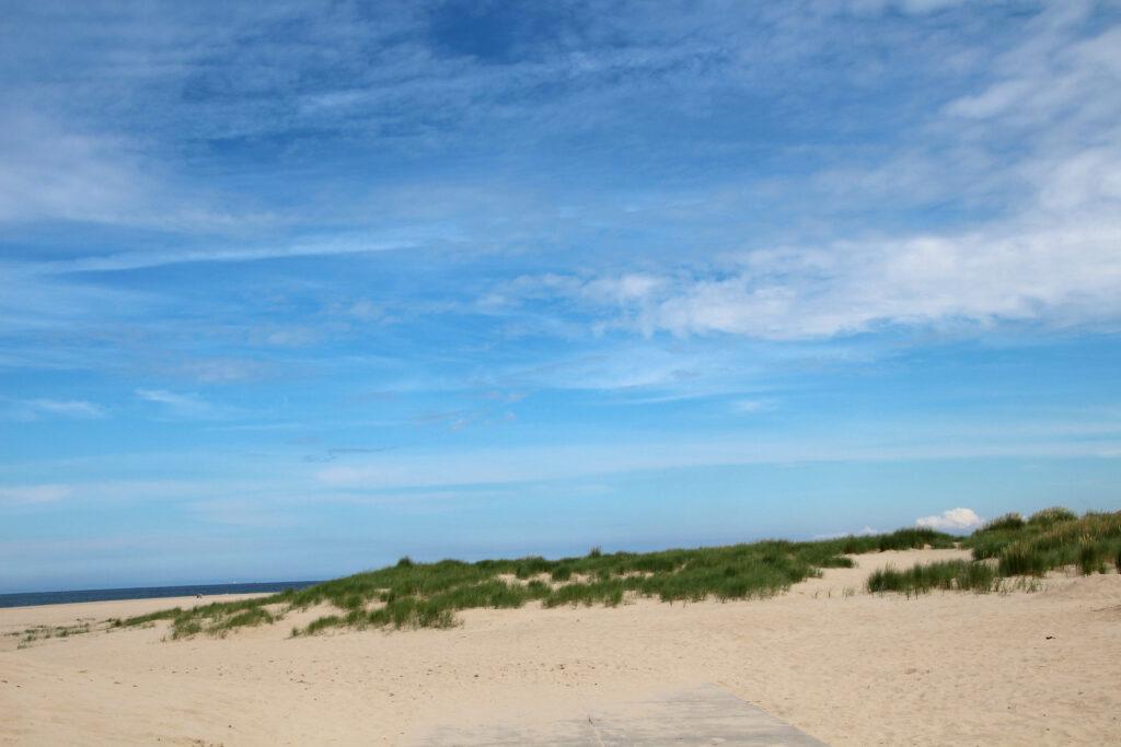 Van de duinen loop je in alle rust naar het strand.