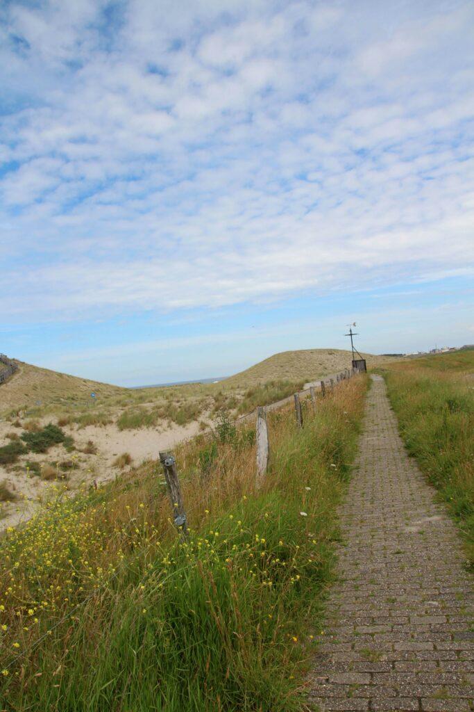 Je kunt over de zeewering naar de duinen en het strand lopen.