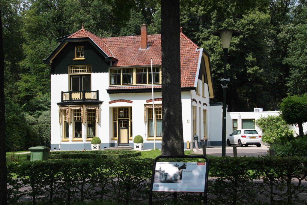 De dokterswoning in Frederiksoord wordt, net als alle andere belangrijke gebouwen in Frederiksoord, begeleid met een bord met uitleg.
