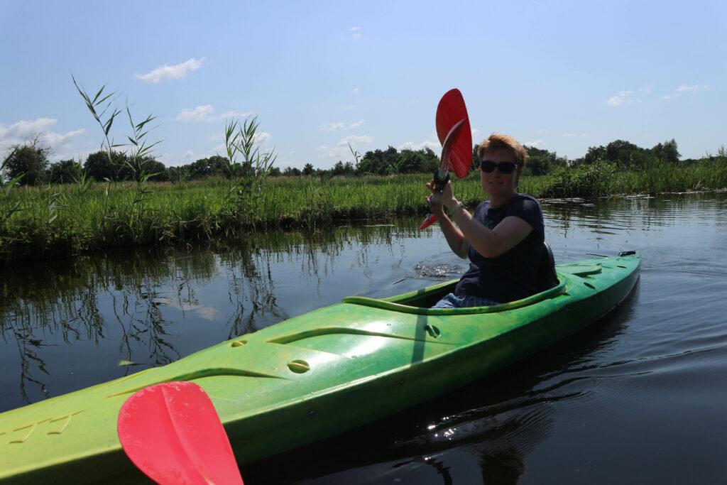 Annika kanoot door NP Weerribben-Wieden