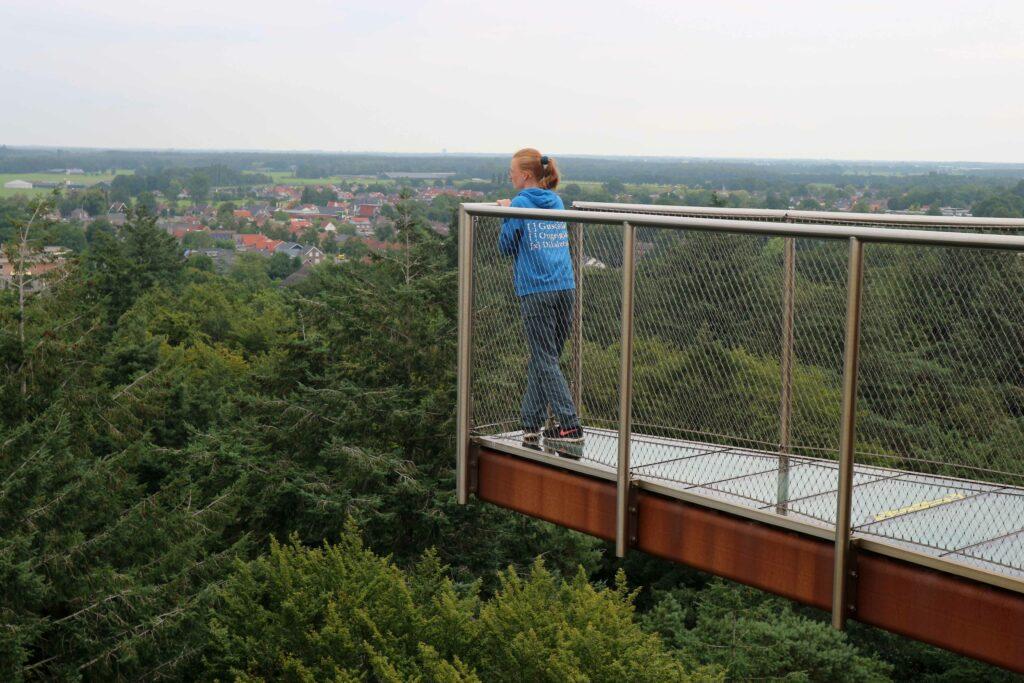 Durf jij bij de Bosbergtoren op zo'n uitkijkplateau met doorzichtige vloer te staan?