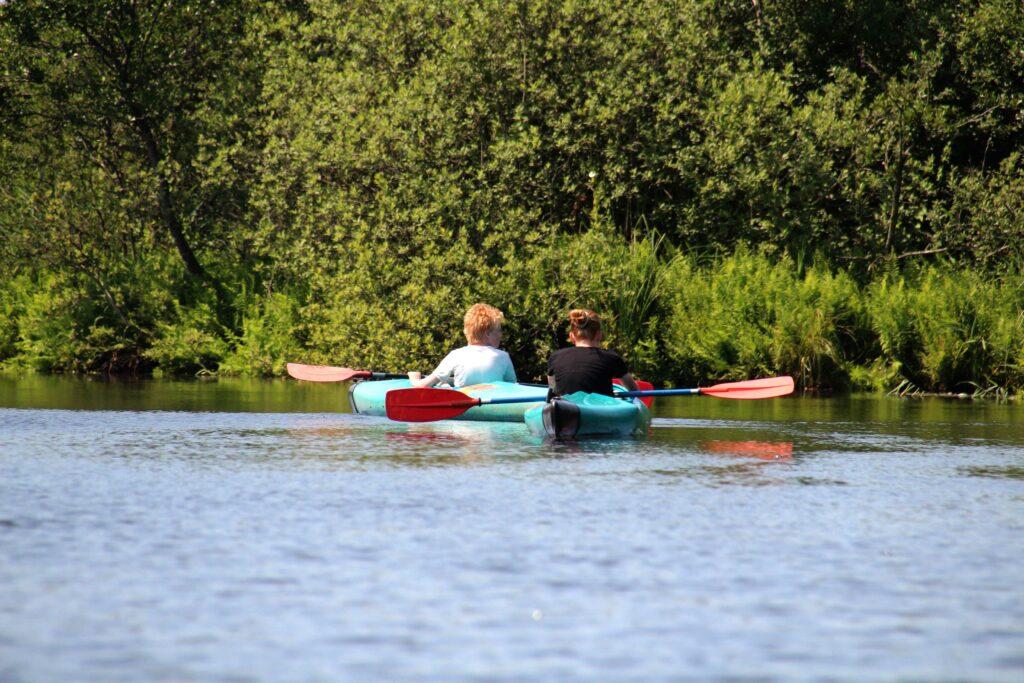 Marije en Wietse kanoën door NP Weerribben-Wieden