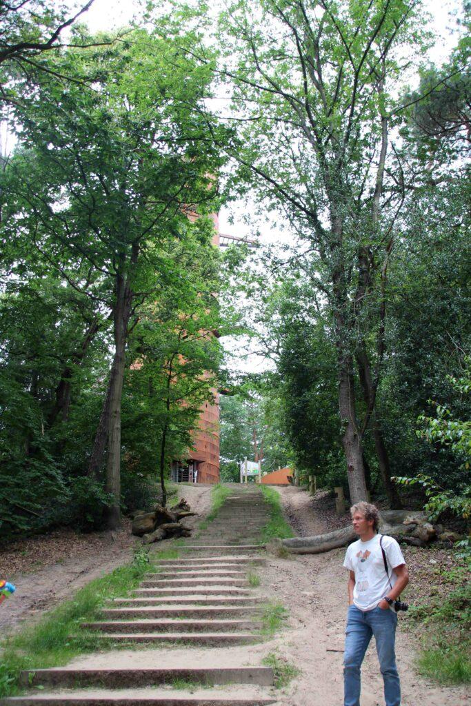 Het pad naar de Bosbergtoren loopt vanaf het restaurant met een trap omhoog. Aan de achterkant is een slingerend pad voor mindervaliden.