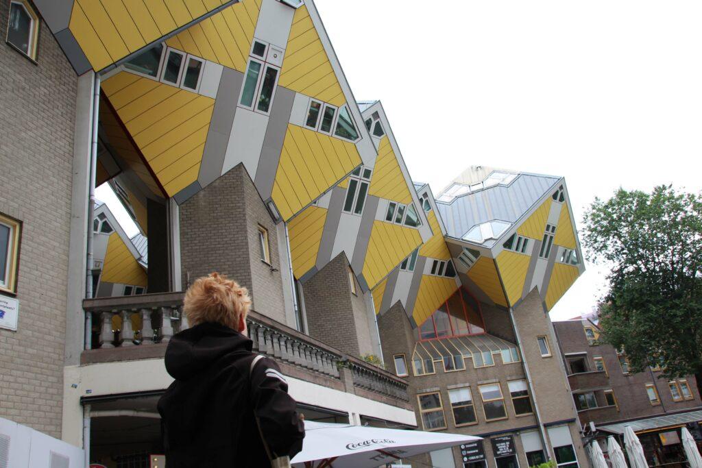 Kijken naar Kubuswoningen Rotterdam.