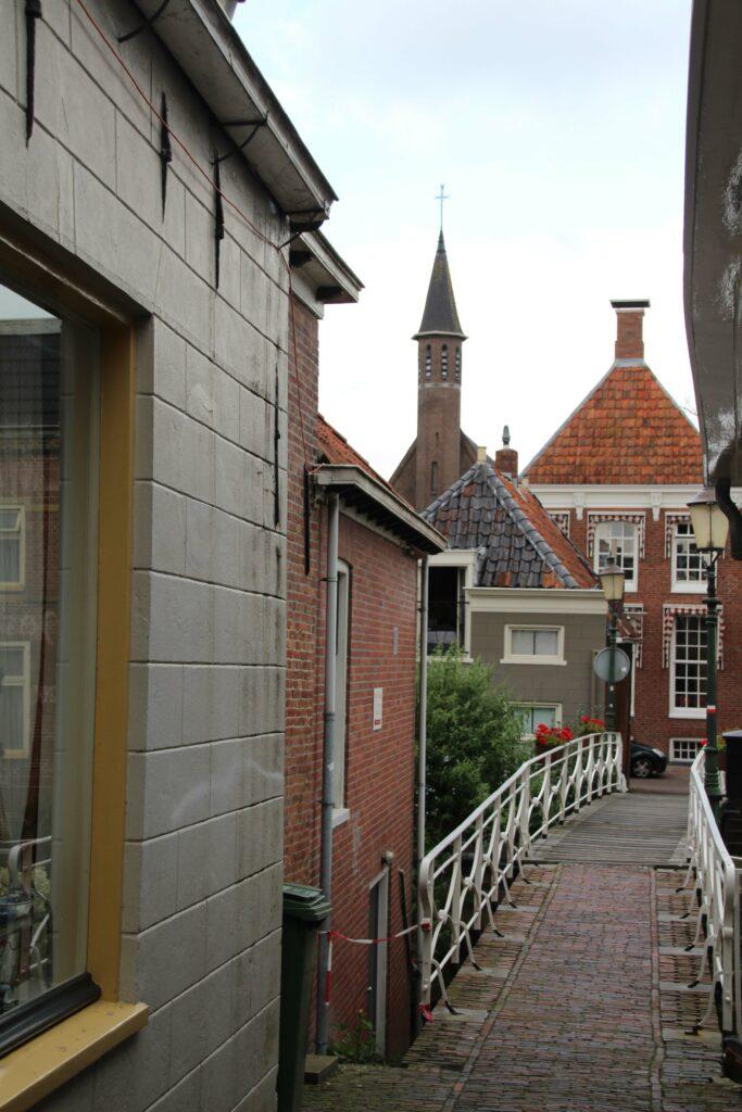 Een van de smalle bruggetjes over het Damsterdiep in Appingedam.