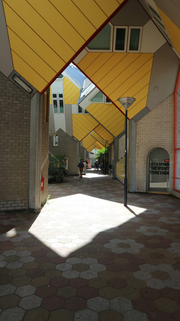 Lopen tussen de Kubuswoningen in Rotterdam.