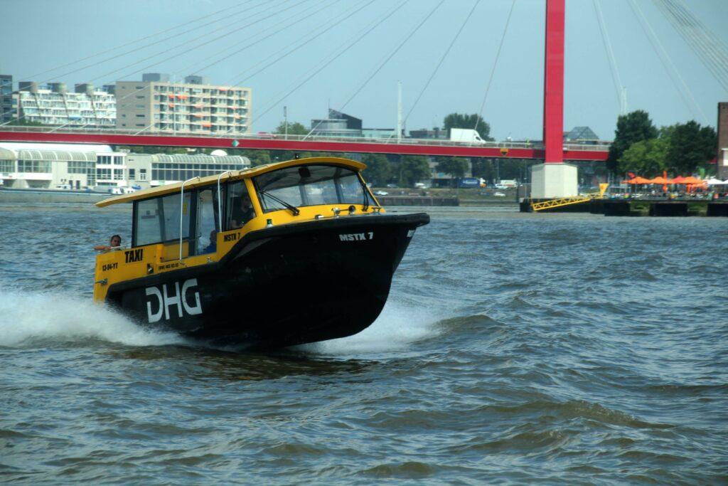 Watertaxi op de Nieuwe Maas Rotterdam.
