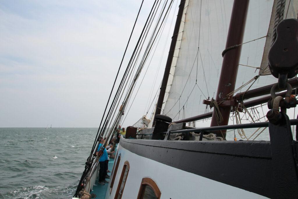 Zeilen op de Waddenzee tijdens onze reis naar Noord-Nederland.